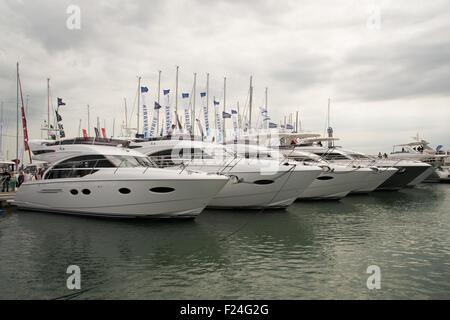 Southampton, UK. 11. September 2015. Southampton Boat Show 2015. Eine Reihe von Princess Yachten ankern in der Marina. - Stockfoto