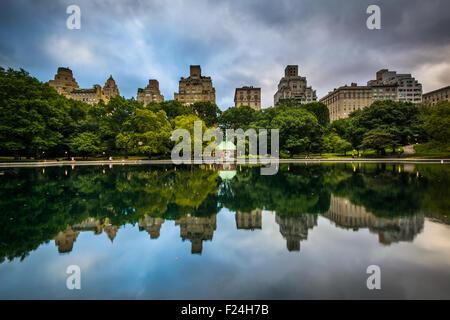 Gebäuden reflektiert im Wintergarten Wasser im Central Park in Manhattan, New York. - Stockfoto