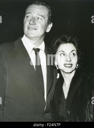 JOHN WAYNE (1907-1979) US-Schauspieler mit Frau Pilar über 1964 - Stockfoto