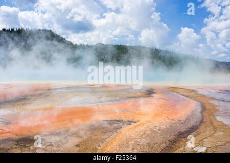 Die Grand Bildobjekte Spring im Yellowstone National Park zeigt bunte Bakterien und dampfenden Geysire - Stockfoto