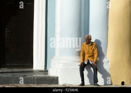 Kuba, Ciudad De La Habana Provinz, La Havanna, La Habana Vieja Bezirk Weltkulturerbe der UNESCO, Mann sitzt auf - Stockfoto