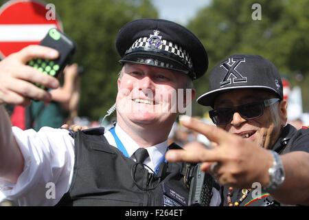 London, UK. 12. Sep, 2015. Ein Polizist hat sein Foto mit ein Demonstrant während der Solidarität mit Flüchtlingen - Stockfoto