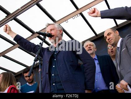 London, UK. 12. Sep, 2015. Billy Brag und Jeremy Corbyn des ersten Aktes als Labour-Chef wurde zu eine Demonstration - Stockfoto