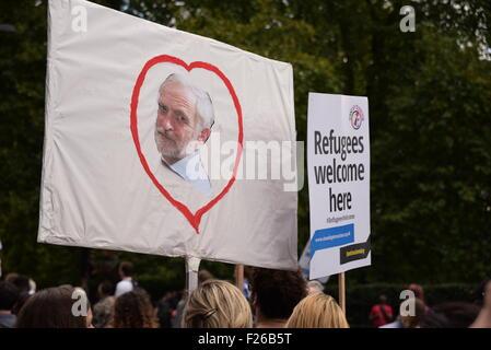 """London, UK. 12. Sep, 2015. Tausende marschieren durch die Londoner auf eine Demonstration zu sagen """"Flüchtlinge - Stockfoto"""