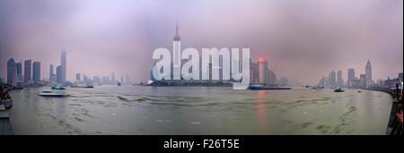 Panoramablick vom Bund nach Pudong in Shanghai bei Sonnenuntergang mit starker Verschmutzung und smog - Stockfoto
