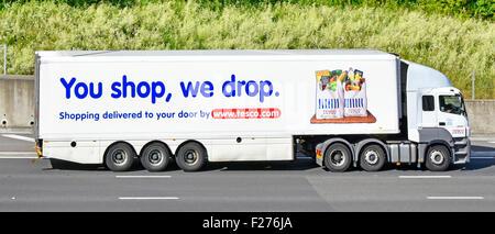 Seitenansicht der Lkw-Supermarkt Lebensmittel Supply Chain Store ein Lieferservice Lkw Lkw mit Anhänger Werbung - Stockfoto