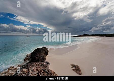 Launisch Strand und Segelboot verankert in der Ferne, Hund Insel Anguilla - Stockfoto