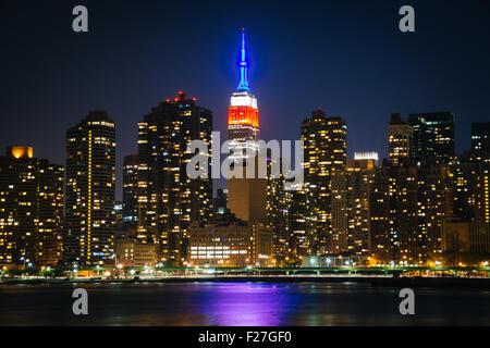 Blick auf das Empire State Building vom Gantry Plaza State Park in Long Island City, Queens, New York. Stockfoto