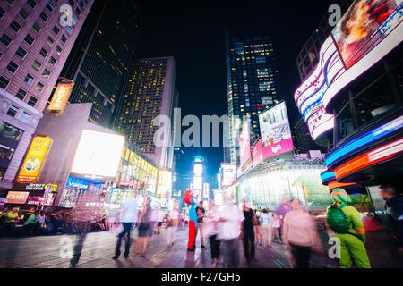Times Square bei Nacht, in Midtown Manhattan, New York. Stockfoto