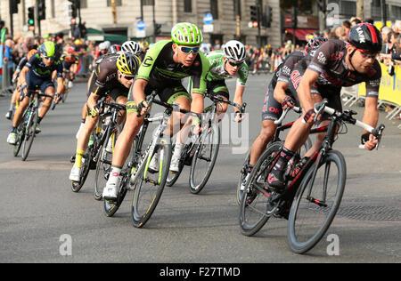London, UK. 13. Sep, 2015. Tour durch Großbritannien Bühne acht. London-Finish. Fahrer runden eine schnelle Linkskurve - Stockfoto