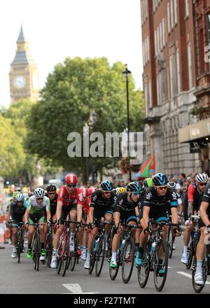 London, UK. 13. Sep, 2015. Tour durch Großbritannien Bühne acht. London-Finish. Das Hauptfeld Ansatz mit Big Ben - Stockfoto