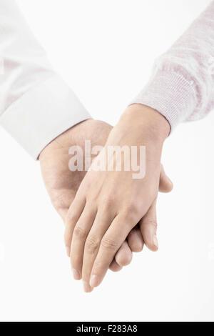 Nahaufnahme des Mannes an Hand der Frau, Bayern, Deutschland - Stockfoto