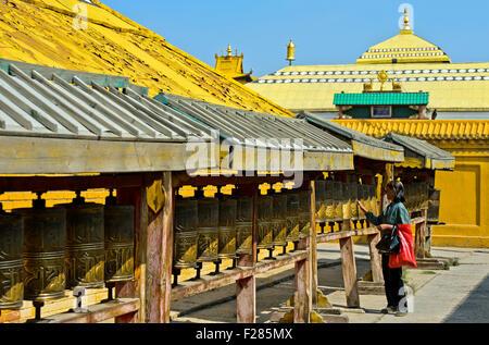 Buddhistische Besucher Turningp Rayer Mühlen in das buddhistische Gandan Kloster, Ulaanbaatar, Mongolei - Stockfoto