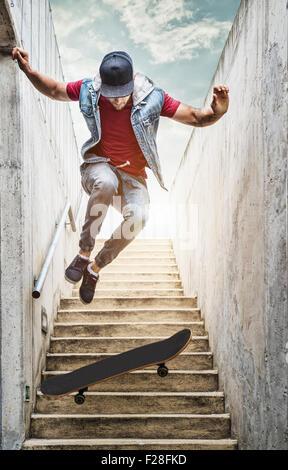 Profi-Skater junge springt die Treppe - Stockfoto