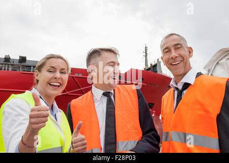 Happy Business-Team in einem Hafen, Hamburg, Deutschland - Stockfoto