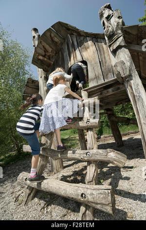 Rückansicht des Mädchen spielen im Baumhaus, Spielplatz, München, Bayern, Deutschland - Stockfoto