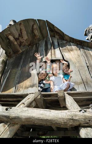 kinder spielen im baumhaus stockfoto bild 23160740 alamy. Black Bedroom Furniture Sets. Home Design Ideas