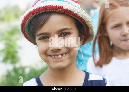 Porträt eines Mädchens lächelnd, Bayern, Deutschland - Stockfoto