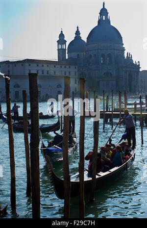 Gondel Einstellung in den Canal Grande, Venedig, Italien. - Stockfoto