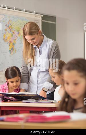 Lehrerin Schüler im Klassenzimmer, München, Bayern, Deutschland