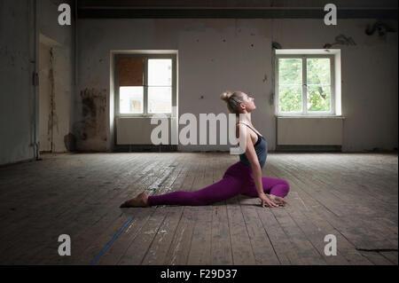 Mitte Erwachsene Frau üben Taube stellen Sie im Yoga-Studio, München, Bayern, Deutschland - Stockfoto