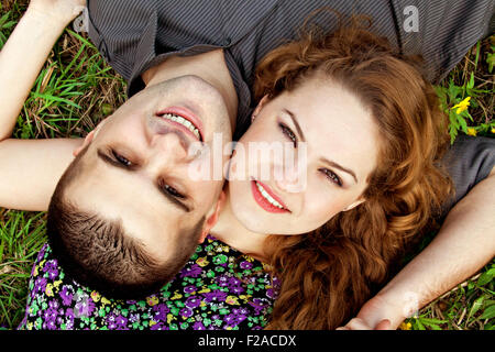 Süßes Paar Porträt - glückliche junge Liebhaber auf Rasen - Stockfoto