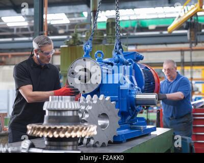 Ingenieure, die Montage von industriellen Getriebe-technische Fabrik - Stockfoto