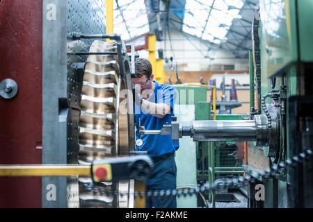 Techniker messen Zahnrad in Drehbank in engineering Fabrik - Stockfoto