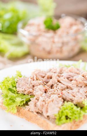 Frischer Thunfisch-Salat-Sandwich auf rustikalen hölzernen Hintergrund gemacht - Stockfoto