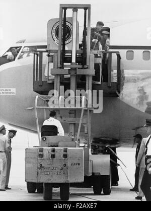 Präsident John F. Kennedy auf Krücken Aussteigen aus der Air Force One von Gabelstapler. Kennedy verletzt seine - Stockfoto