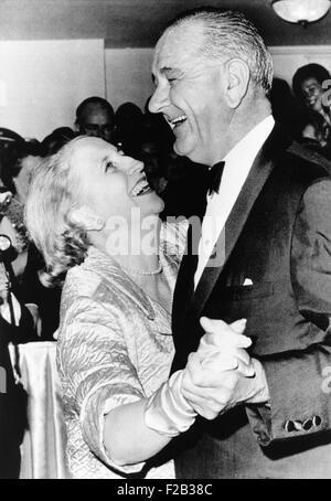 Margaret Truman Daniel tanzt mit Präsident Johnson bei der Inaugural Ball im Mayflower Hotel. Sie war die einzige - Stockfoto