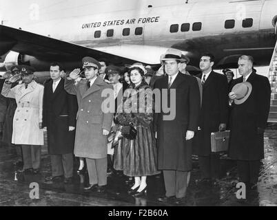 Schah von Persien und seine zweite Frau, Königin Soraya, Ankunft am nationalen Flughafen. VP Nixon Leitung der Willkommensparty. - Stockfoto