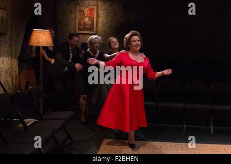 09.02.2015. London, UK. Coronation Street Schauspielerin Wendi Peters führt eine Polonaise. Welt-Premiere von Hatched - Stockfoto