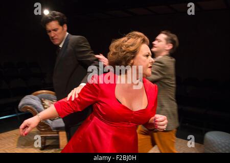 09.02.2015. London, UK. Kämpfen mit L-r: James Wrighton, Wendi Peters und Matthew Fraser Holland auf der Bühne. - Stockfoto