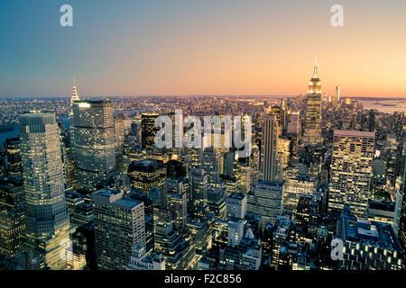 Schöne New York City Manhattan Gebäude beleuchtet bei Sonnenuntergang - Stockfoto