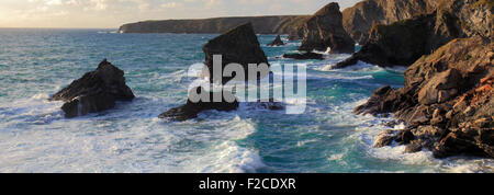 Sommer, Bedruthan Steps Sea Stacks, Carnewas Insel, Cornwall County; England; UK - Stockfoto