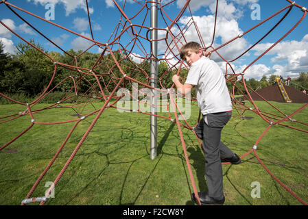 Klettergerüst Aus Seilen : Junge seil klettergerüst stockfoto bild: 87564873 alamy