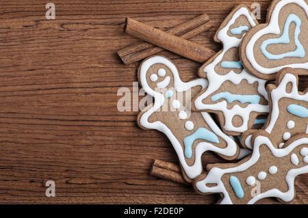 Tablett mit verzierten Lebkuchen mit Zimt-sticks - Stockfoto