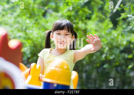 Kleine Mädchen spielen im Vergnügungspark - Stockfoto