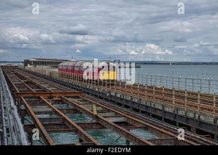 Vorortbahn läuft neben dem Pier vom Fährterminal Ryde Ryde Station auf der Isle Of Wight. - Stockfoto
