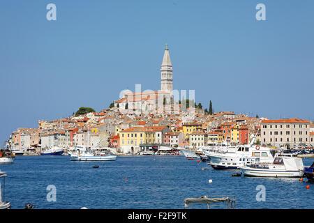 ROVINJ, Kroatien - SEPTEMBER 12: Boote und Schiffe in der Marina mit den alten Gebäuden der Stadt im Hintergrund - Stockfoto