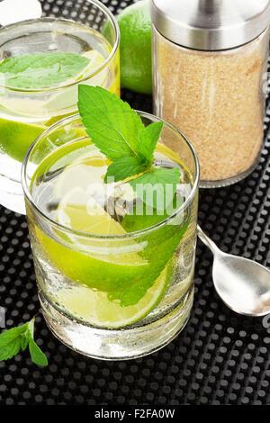 Mojito Cocktail und Zutaten auf Kautschuk schwarz mat - Stockfoto