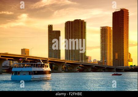 Boot in den Atlantischen Ozean, Venetian Causeway, Venetian Islands, Biscayne Bay, Miami, Florida, USA - Stockfoto