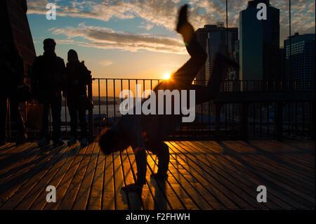 Man tanzt auf der Terrasse bei Sonnenuntergang, Midtown Manhattan, New York City, New York State, USA - Stockfoto