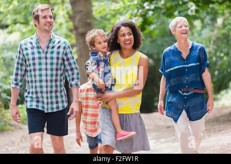 Mehr-Generationen-Familie Wandern in Wäldern - Stockfoto