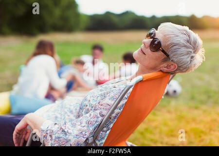 Entspannung in Stuhl im Bereich Senior Frau - Stockfoto