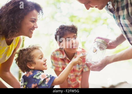 Familie beobachten Schmetterling im Glas - Stockfoto