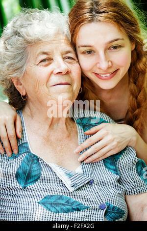 Glücklich Familienporträt - Tochter und Großmutter im freien - Stockfoto