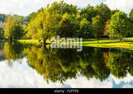 Fluss-Reflexionen in der Nähe von Beaulieu Sur Dordogne, Limousin, Frankreich - Stockfoto