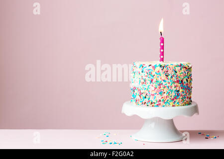 Geburtstagskuchen mit einer Kerze - Stockfoto